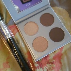 Highlight and contour palette with brush